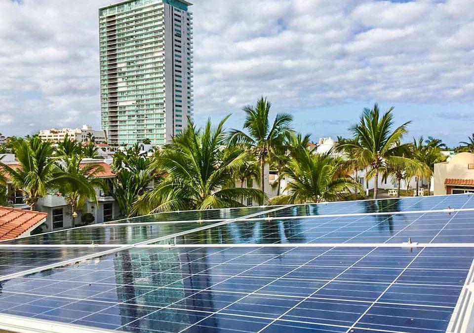 Paneles solares en zona hotelera de Mazatlán