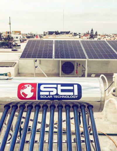 Calentador solar y panel solar en una casa