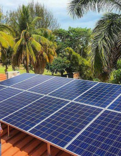 Instalación de paneles solares en una casa