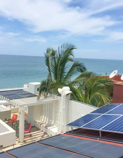 Paneles solares frente al mar de Mazatlan