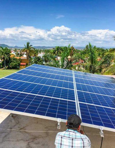 Instalación de panel solar frente a campo de golf.