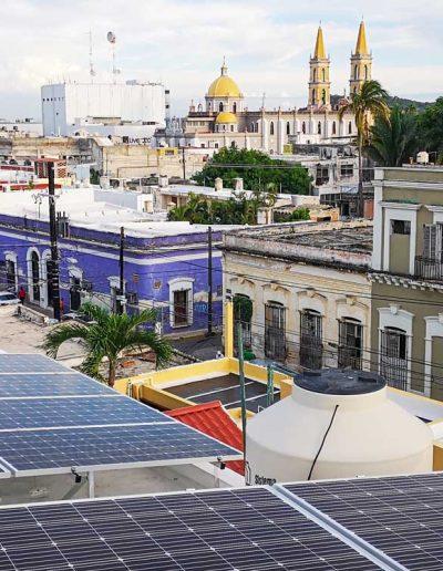 Paneles solares en azotea de la zona centro de Mazatlán.