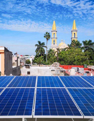 Paneles solares en la zona centro frente a la catedral de Mazatlán.
