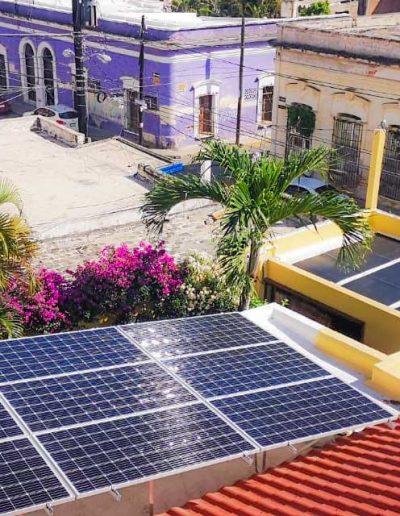 Paneles solares en azotea de zona centro en Mazatlán